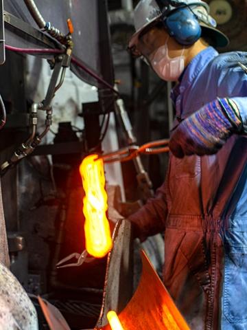鉄を打ち強度を高める「鍛造」